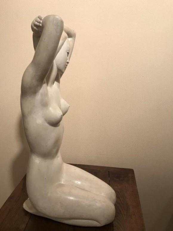 Femme les bras levés